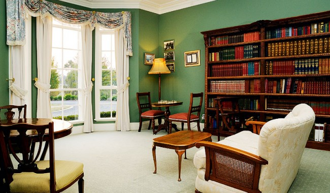 Montfort Manor - guest library.