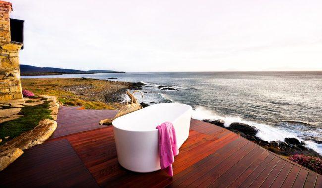 Ocean-view bath tub, Thalia Haven, Great Oyster Bay, Tasmania accommodation