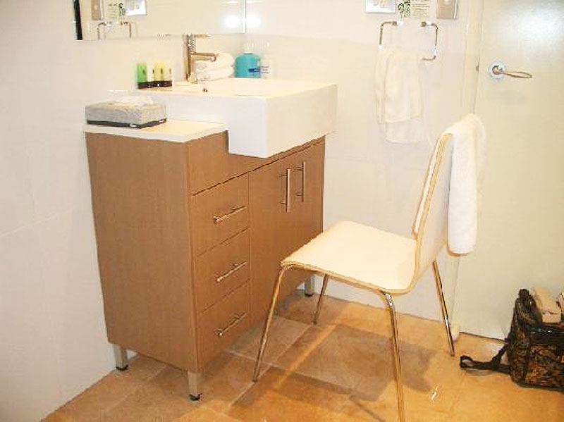 No knee space makes using the vanity tricky