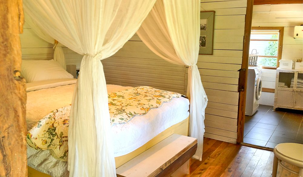 Blooming Heritage: Rosebud Cottage, Belconnen - country feel only 8km from Canberra.