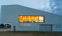 The award winning design of Kempsey Cresent Head surf club is inspired by pipi shells. NSW (photo: Neeson Murcutt).