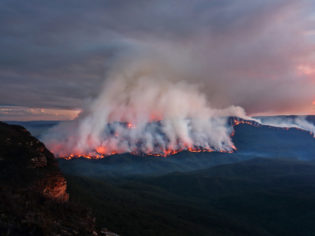 Mount Solitary burning in Blue Mountains